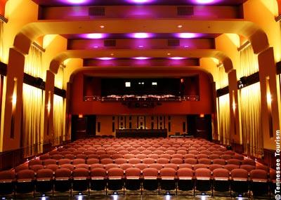 Der epochengetreu renovierte Kinosaal des Franklin Theatre, Blick von der Bühne zum Projektorraum