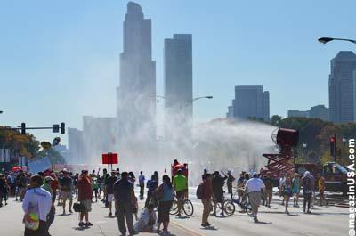 Chicago Marathon 2011: Am Zieleinlauf steht eine Art Wasserkanone, um die Runners zu kühlen.