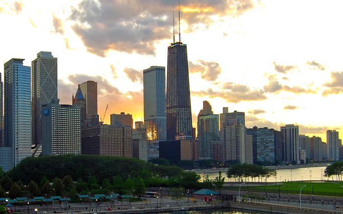 Skyline Chicago mit Hancock Tower (Mitte, dunkles Gebäude)