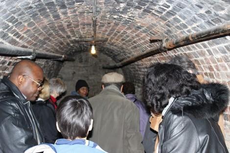 Great River Road in Illinois - Besucher in unterirdischem Fluchttunnel - Foto VisitAlton.com