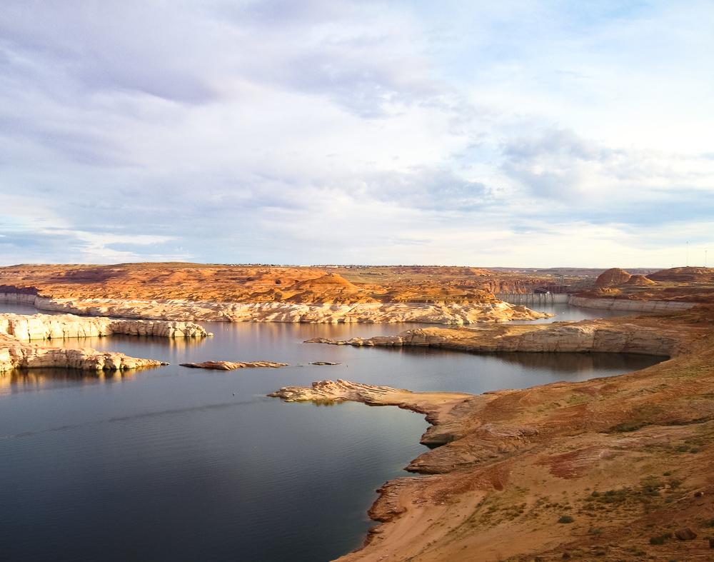 Lake Powell mit Staudamm am rechten Bildrand in der Ferne, Page, Arizona