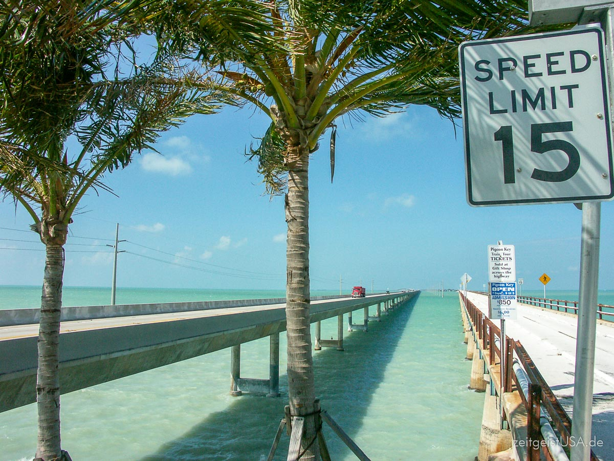 7 Mile Bridge (links die neue, rechts die historische Brücke) Richtung Key West