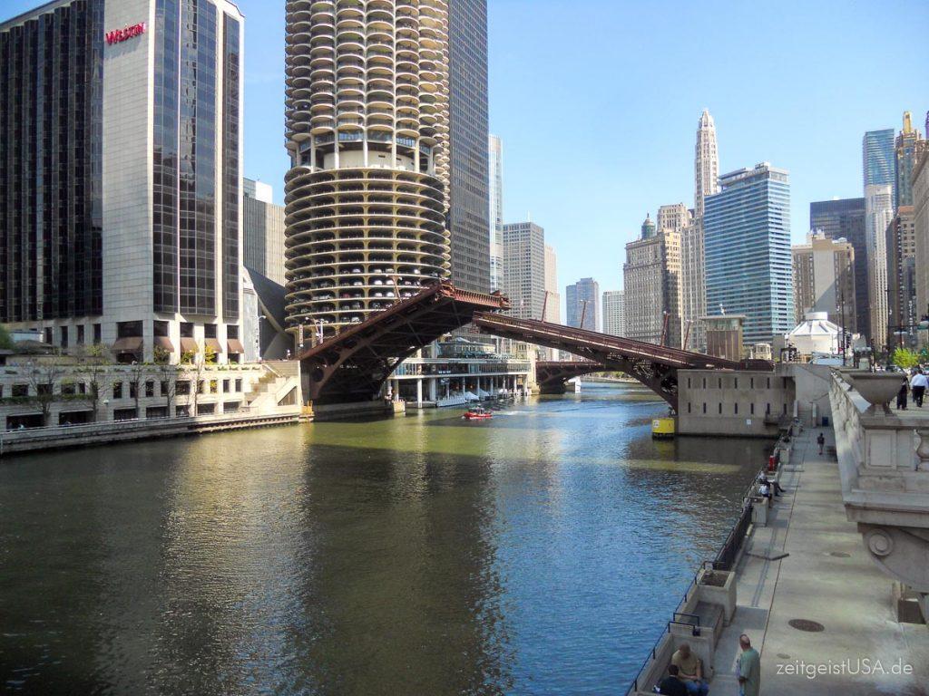Mit dem Boat eine Architektur Tour entlang des Chicago River machen