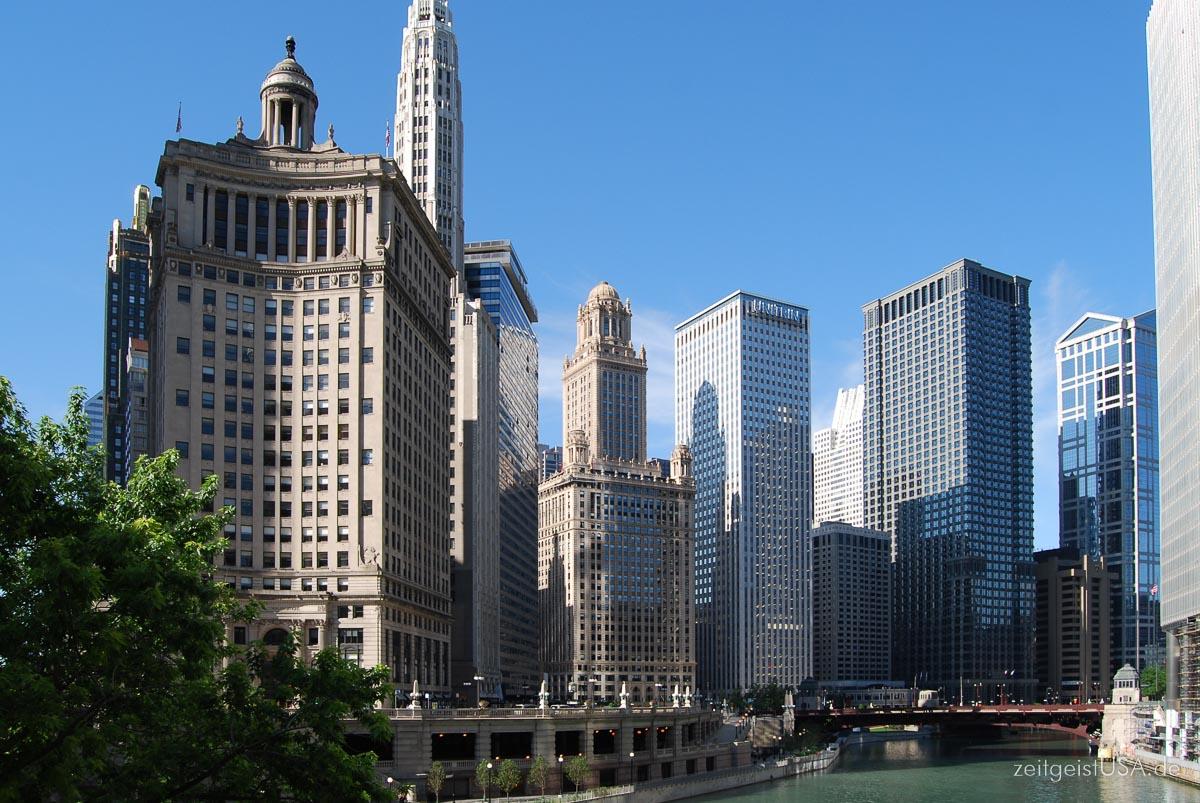 Blick auf die Skyline von der Michigan Ave Brücke aus