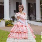 Natchez -- Antebellum Mansions und eine Southern Belle gezeigt bei der Pilgrimage Tour (photo Memphis und Mississippi Fremdenverkehrsamt)