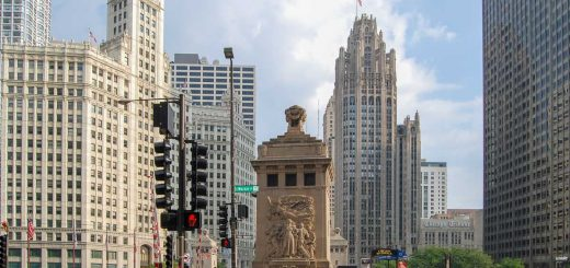 Chicago Wrigley Building (links) und Chicago Tribune Tower (mitte rechts) -- Chicago Architektur