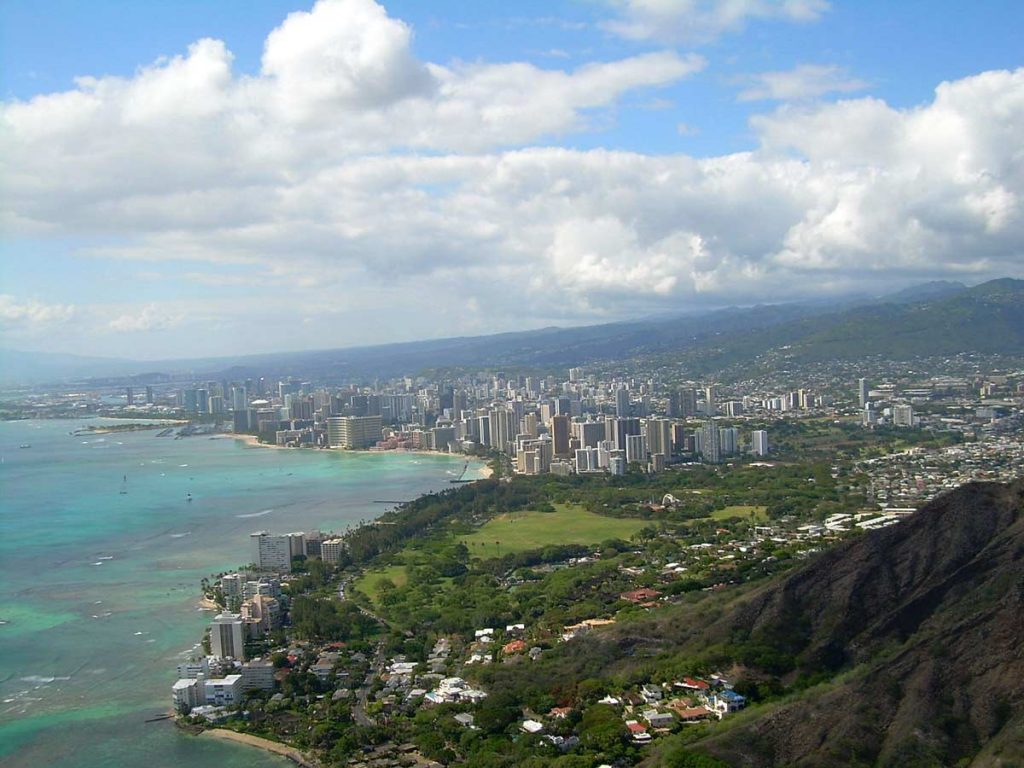 Blick auf Honolulu (von Diamond Head Point) (photo: ErgoSum88, public domain)