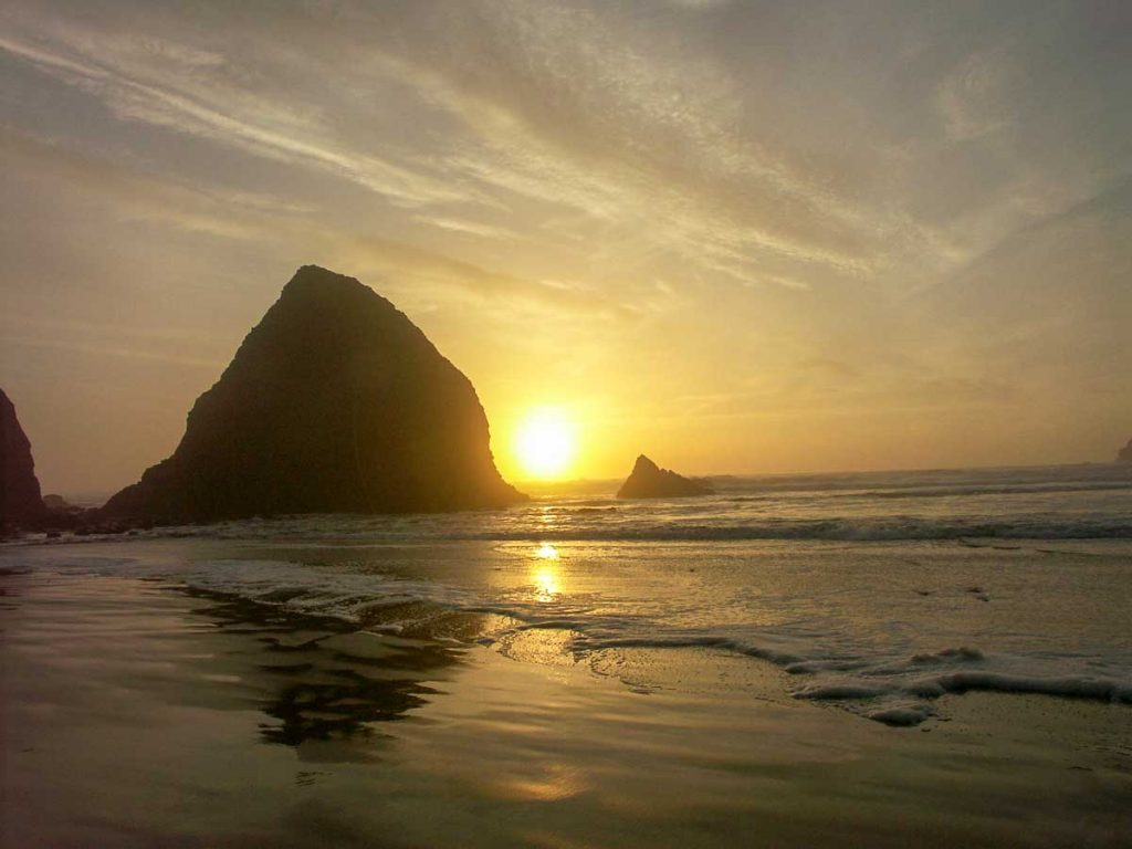 Sonnenuntergang am Haystack Rock, Cannon Beach, Oregon, USA