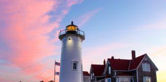 Einer der meistfotografierten Leuchttürme in Cape Cod: Nobska Lighthouse an der südwestlichen Spitze von Cape Cod in Woods Hole am Vineyard Sound. [Gregg Squeglia / CC BY-SA (https://creativecommons.org/licenses/by-sa/4.0)]