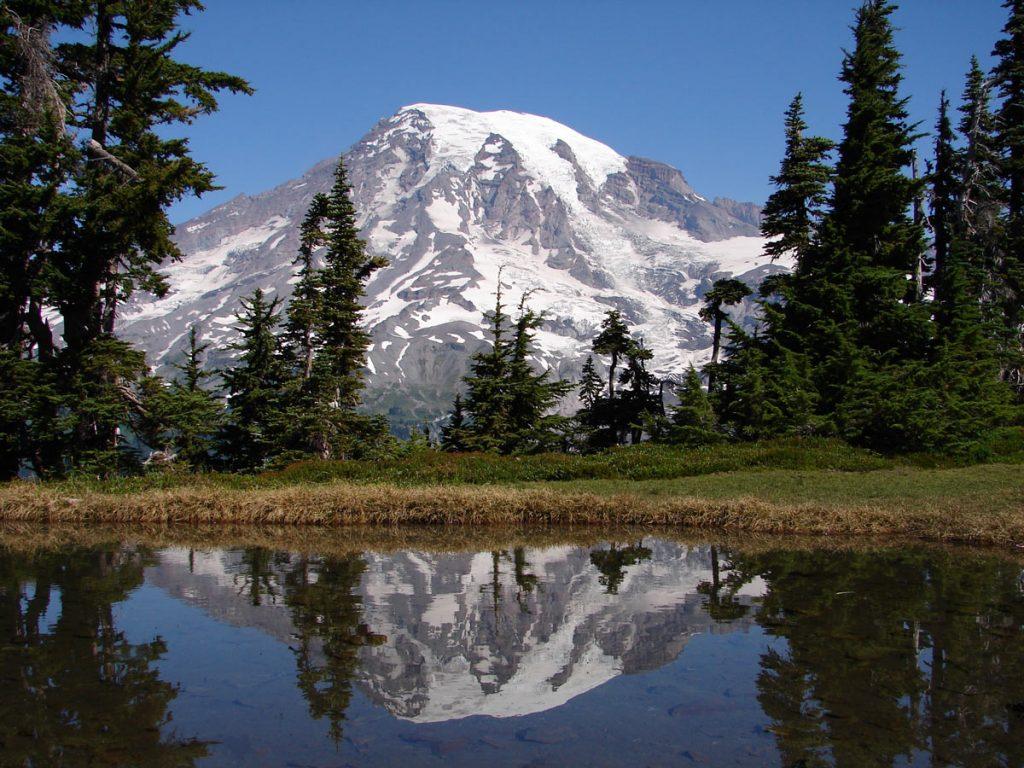 Mt. Rainier Reflektion in einem kleinen Seeauf der Tatoosh Range [photo: NPS]