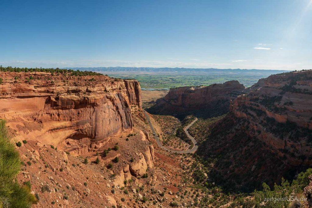 Blick auf die Zufahrt über Fruita Canyon zum Colorado National Monument, USA