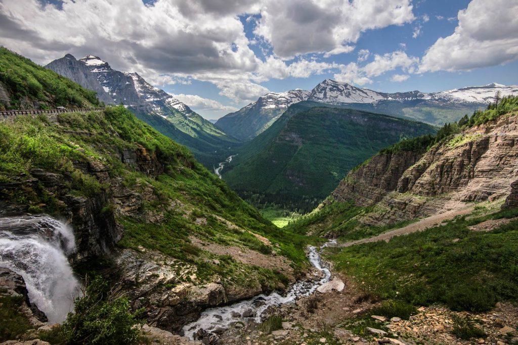 """Glacier National Park -- Going-to-the-Sun Road -- Das Engineering Wunder """"Going-to-the-Sun Road"""" führt durch die Mitte des Parks, wurde aber entworfen, um relativ unbemerkt zu bleiben. [photo: NPS / Tim Rains]"""