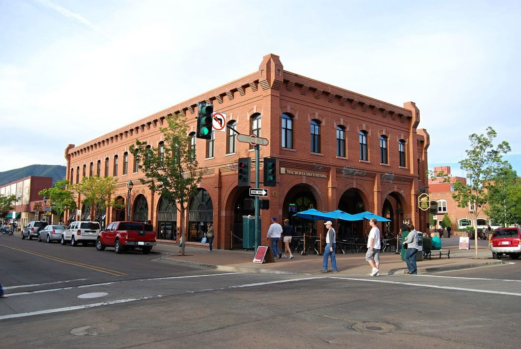 Flagstaff Downtown [photo: Pavel Špindler, CC BY 3.0 https://creativecommons.org/licenses/by/3.0, via Wikimedia Commons]