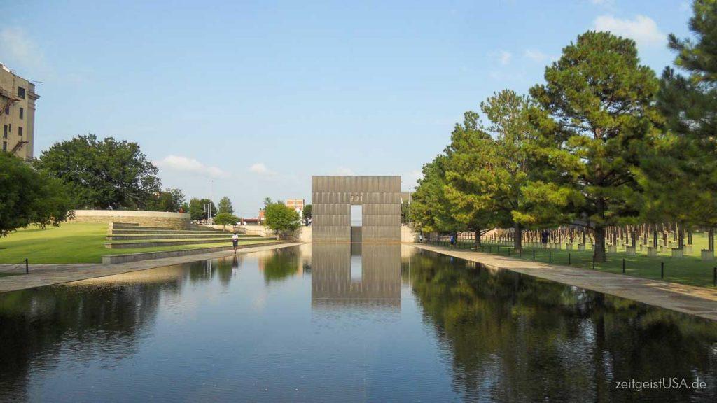 Oklahoma City National Memorial zur Erinnerung an das Bombenattentat im Jahre 1995. Das Field of Empty Chairs ist ein Tribut an die 168 Personen die getötet wurden am 19-April 1995.
